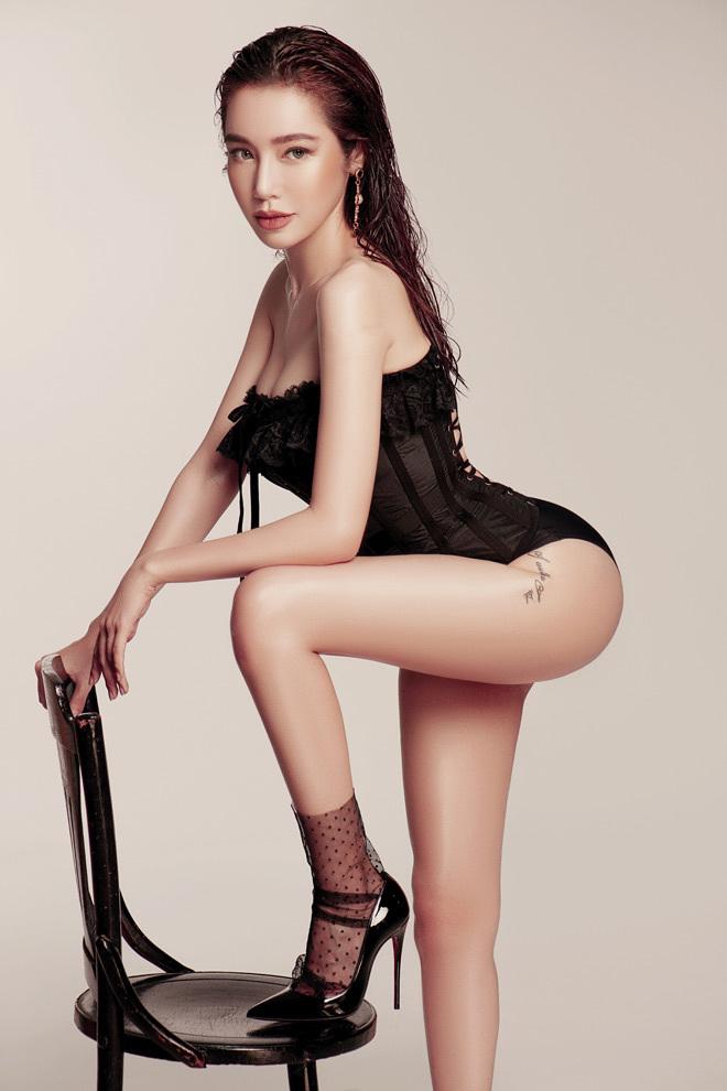 Elly Trần mặc nội y nóng bỏng đốt mắt người xem