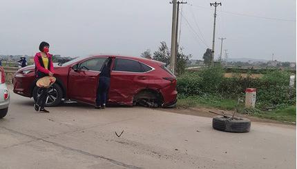 Hai nữ tài xế lái xe va chạm khiến Lexus rụng một bánh, Mazda 6 méo đầu