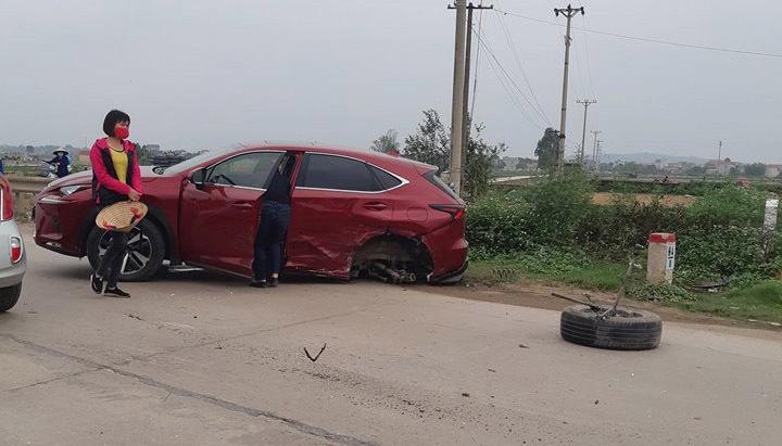 Lexus rụng một bánh sau khi va chạm với Mazda 6