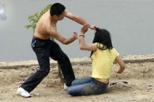 Đòi tiền chồng không được, chủ nợ đến đánh vợ để gây sức ép. Ảnh minh họa