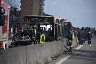 Tài xế tưới xăng đốt xe buýt chở học sinh, 51 em may mắn thoát nạn