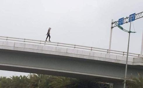 Cô gái ngoại quốc nguy kịch khi nhảy từ trên cầu vượt xuống đường