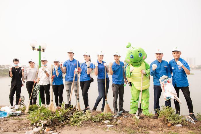 Ngọc Hân cùng Á hậu Phương Nga, Bình An tham gia 'Thử thách dọn rác' ở Hồ Định Công