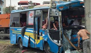 Xe khách đâm vào trụ cầu nát bét đầu, nhiều người nhập viện