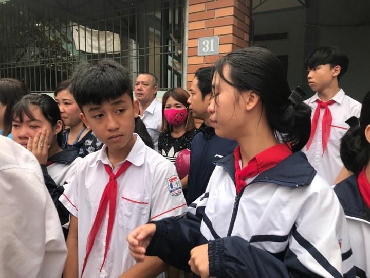 Chùm ảnh: Dòng người tiễn đưa 8 học sinh bị đuối nước về nơi chín suối