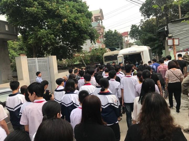 Chùm ảnh: Dòng người tiễn đưa 8 học sinh bị đuối nước về nơi chín suối7