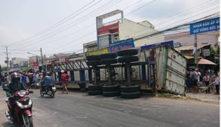 Container chở hàng lật trên quốc lộ, đè 3 bà cháu tử vong