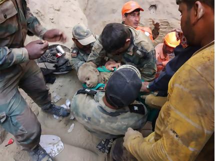 Thót tim giải cứu bé trai rơi xuống dưới giếng sâu 18 m sau hai ngày