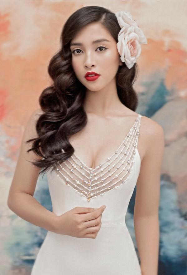 Hoa hậu Tiểu Vy khoe lưng trần và vòng 1 hững hờ