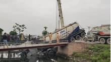 Nam Định: Xe bồn tông người phụ nữ bán rau tử vong rồi lao xuống kênh