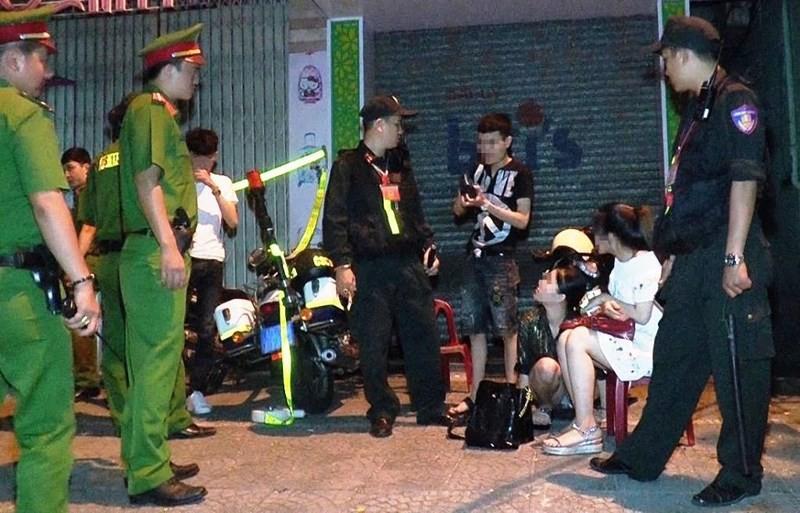 Người phụ nữ mang bầu bị bắt cùng nhóm bạn phê thuốc lắc trong taxi