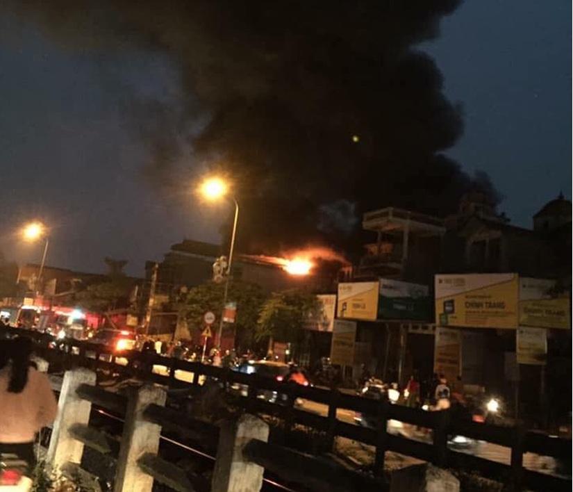 Hà Nội: Ngôi nhà 5 tầng bốc cháy trong đêm, cụ ông 72 tuổi tử vong