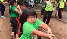 Bé gái kéo co gây bão mạng vì biểu cảm 'chiến đấu đến cùng'