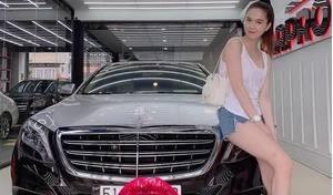 Ngọc Trinh khoe dáng nuột nà bên siêu xe Mercedes - Maybach S500