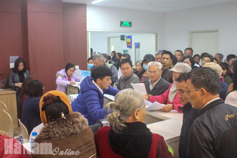 Bệnh viện Bạch Mai cơ sở 2 ở Hà Nam: Đông nghẹt người đến khám ngày đầu hoạt động