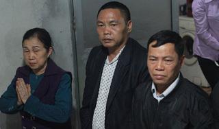 Mẹ tài xế xe khách lao vào đoàn đưa tang đến xin lỗi gia đình các nạn nhân