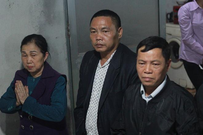 Người thân tài xế xe khách lao vào đoàn đưa tang khiến 7 người tử vong thắp hương xin lỗi từng gia đình nạn nhân2