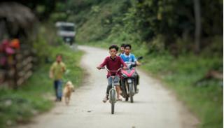 Bố cậu bé 13 tuổi đạp xe hơn 100km thăm em: 'Nhìn thấy con tôi rơi nước mắt'