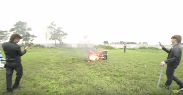 Khá Bảnh đập và đốt xe máy khiến dư luận phẫn nộ