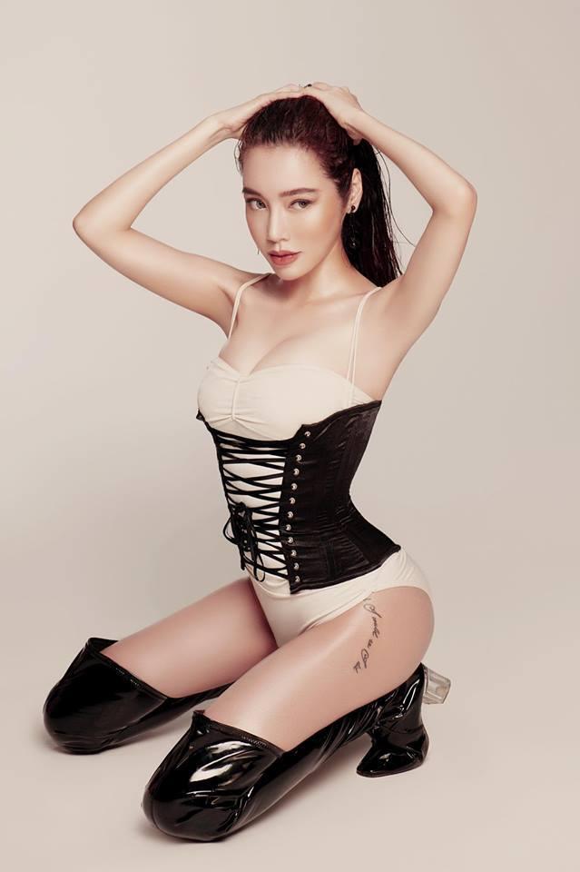 Toát mồ hôi với đường cong nóng bỏng của Elly Trần