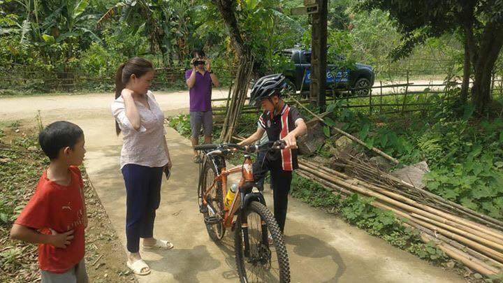 'Phượt thủ nhí' vượt hơn 100km từ Sơn La xuống Hà Nội thăm em được tặng xe đạp mới