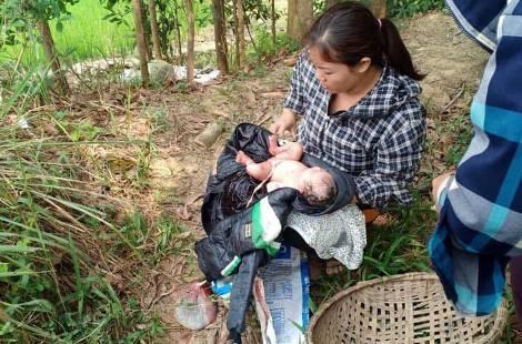 Phát hiện bé sơ sinh còn nguyên dây rốn bị bỏ rơi trên đồng