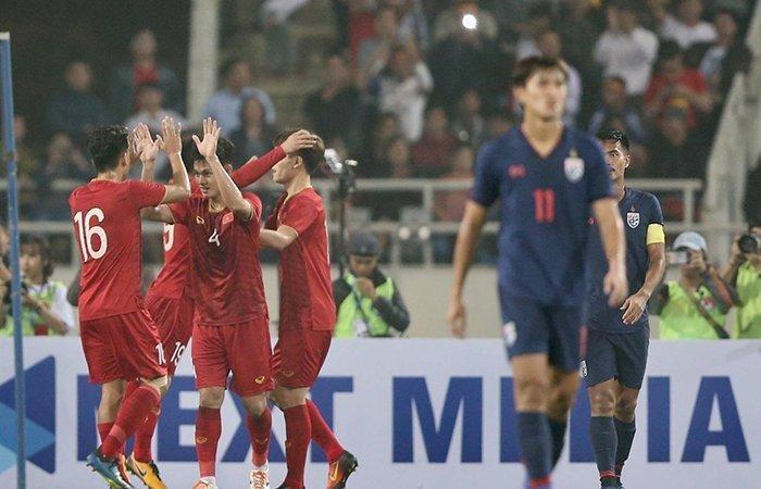 HLV Park Hang Seo làm công tác tư tưởng cho các cầu thủ U23 Việt Nam trong trận thắng Thái Lan