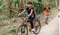 Hành động bất ngờ của bé trai đạp xe 100km từ Sơn La xuống Hà Nội thăm em