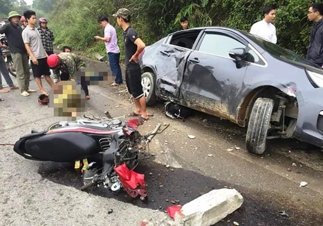 Ô tô lao xuống mương hư hỏng nặng sau khi đâm vào xe máy