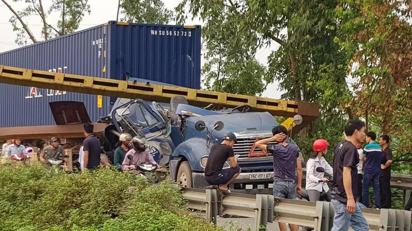 Phú Thọ: Container nát đầu khi húc đổ cổng hạn chế chiều cao