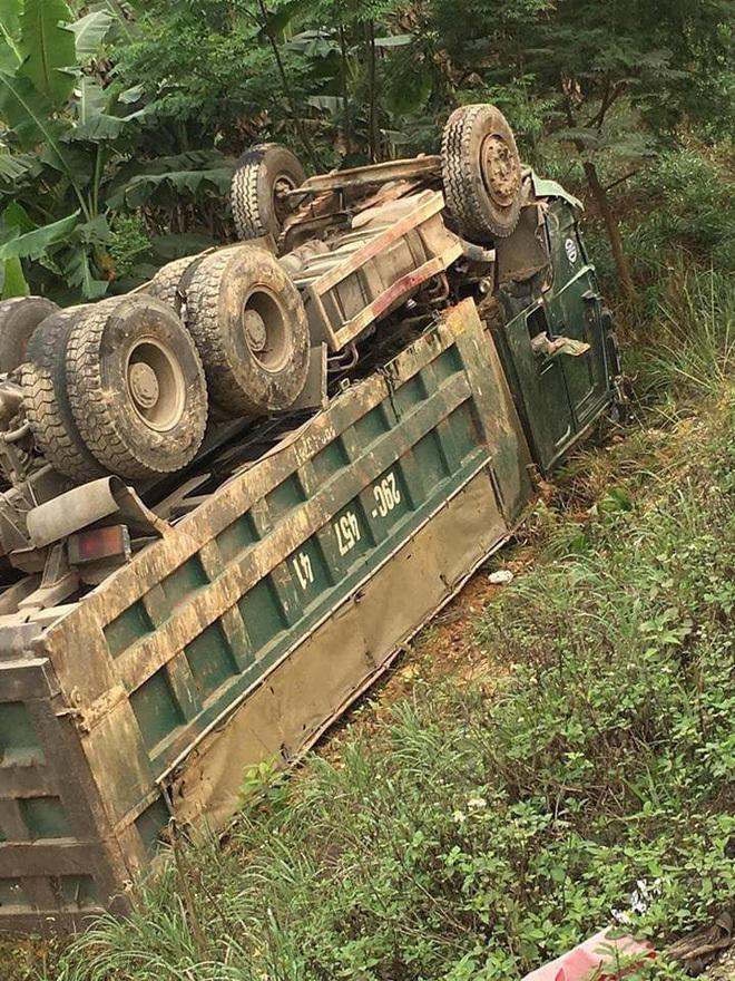 Hiện trường ám ảnh vụ xe tải đâm nát bét xe con trên đường Hòa Lạc