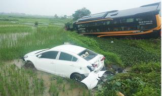 Nam Định: Va chạm với container, ô tô 4 chỗ và xe khách lao đầu xuống ruộng