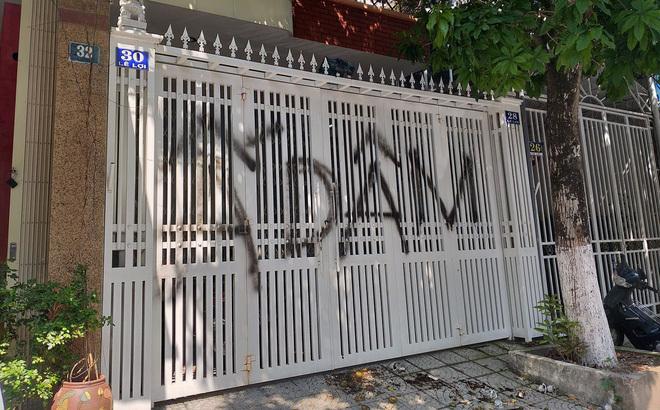 Tụ tập vẽ bậy, bôi bẩn và ném rác nhà nguyên Viện phó VKSND Đà Nẵng