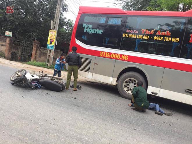 Phú Thọ: Xe máy chở 3 ông cháu va chạm với xe khách, 1 cháu bé tử vong