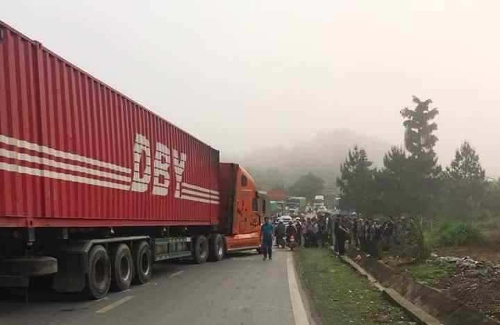 Hiện trường vụ xe khách nát bét đầu khi va chạm với container