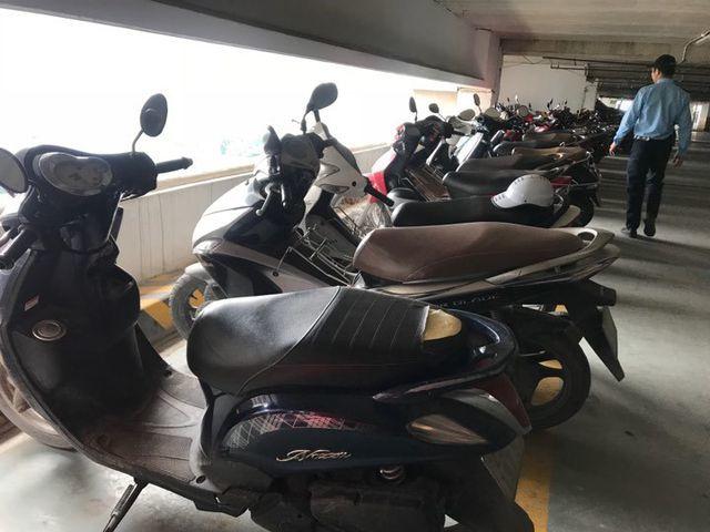 Kẻ xấu rạch nát hàng loạt yên xe máy tại chung cư ở Hà Nội