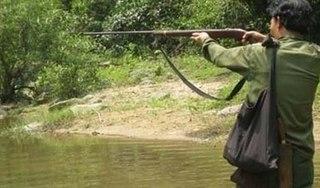 Thấy bụi cây động đậy tưởng thú rừng, thợ săn gương súng bắn nhầm người cùng làng