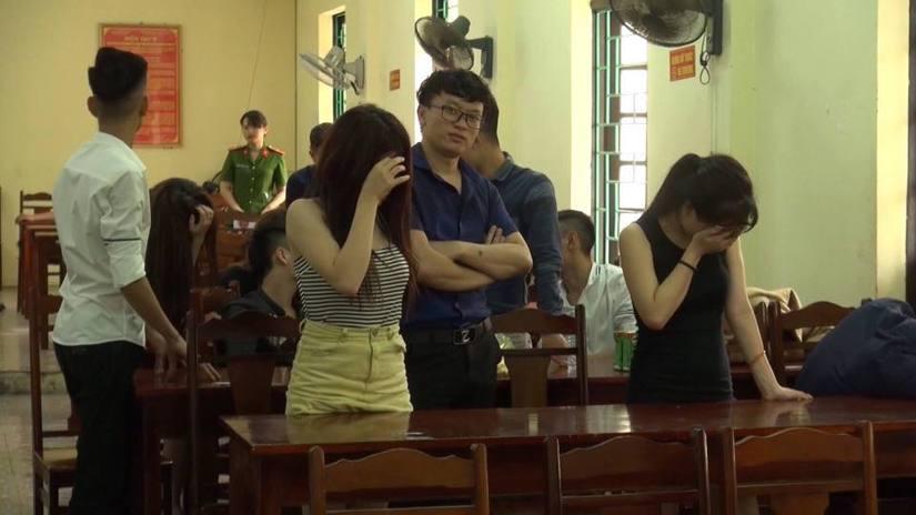 Các đối tượng sử dụng ma túy trong quán karaoke được đưa về trụ sở công an để lấy lời khai.