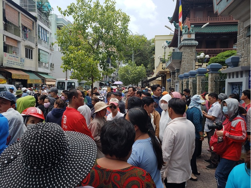 Hàng nghìn người đội nắng đón nghệ sĩ Anh Vũ ở chùa Ấn Quang