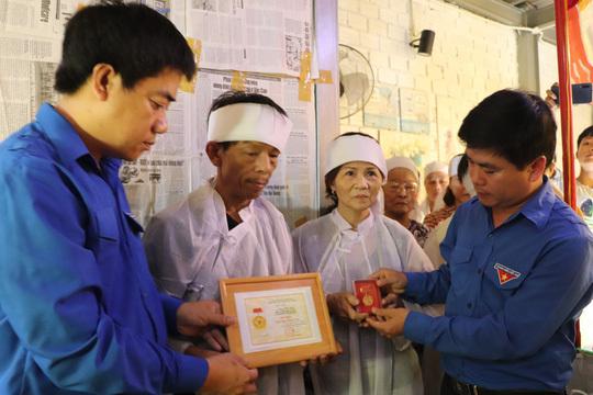 Truy tặng huy hiệu Tuổi trẻ dũng cảm cho thanh niên tử nạn khi cứu người đuối nước