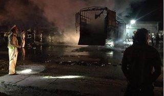 Xe tải cháy dữ dội sau tai nạn liên hoàn, 2 người tử vong trong cabin
