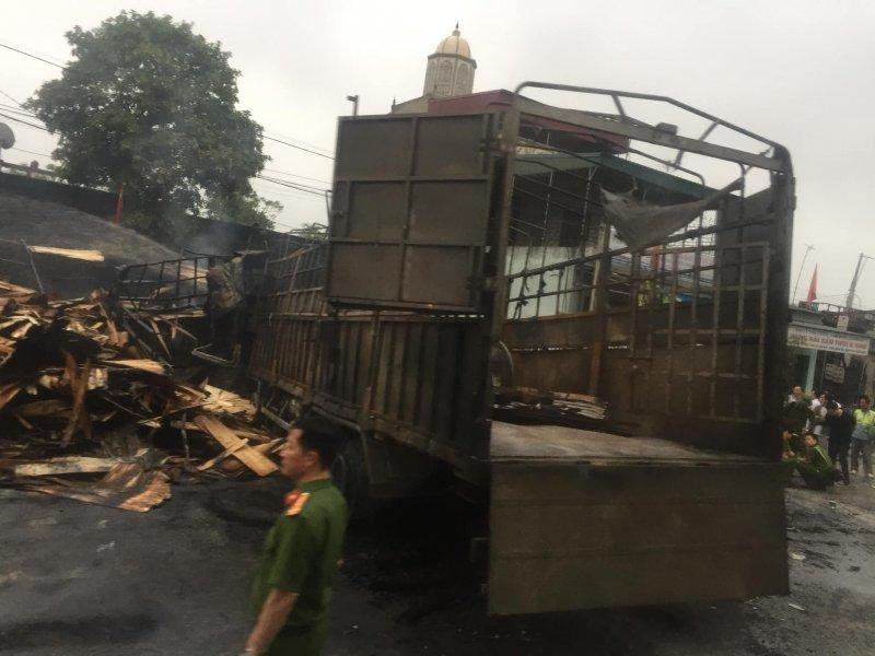 Hiện trường vụ xe tải bốc cháy khiến 2 người tử vong sau tai nạn liên hoàn ở Thanh Hoá7