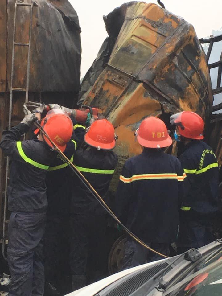 Hiện trường vụ xe tải bốc cháy khiến 2 người tử vong sau tai nạn liên hoàn ở Thanh Hoá5