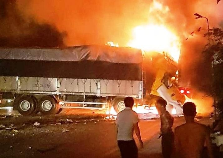 Hiện trường vụ xe tải bốc cháy khiến 2 người tử vong sau tai nạn liên hoàn ở Thanh Hoá