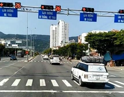 Công an Đà Nẵng đã tước quyền sử dụng giấy phép lái xe 2 tháng với 9 lái xe trong đoàn xe của Tập đoàn Trung Nguyên cố tình vượt đèn đỏ.