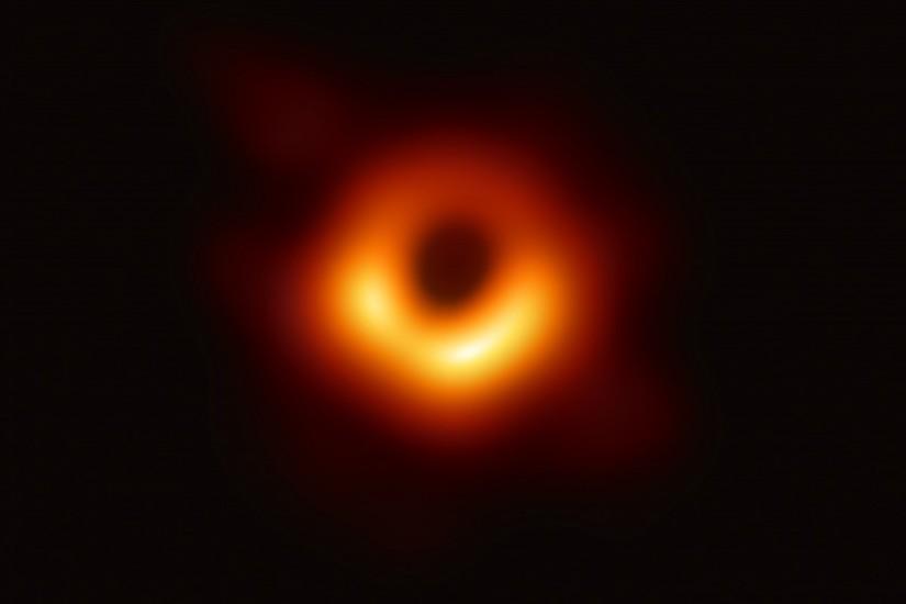 hố đen vũ trụ ở trung tâm thiên hà Messier 87