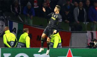 Messi 'đá xoáy' Smalling, Ronaldo lập siêu kỷ lục ở Champions League