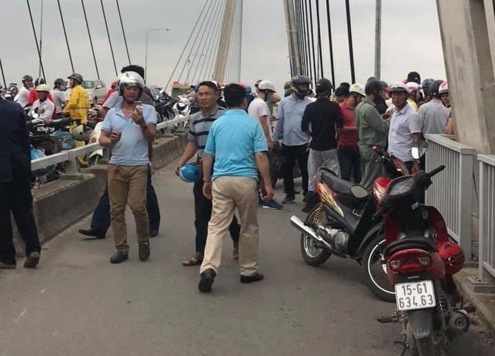 Hải Phòng: Cứu cô gái để lại xe máy, nhảy sông Cấm tự tử