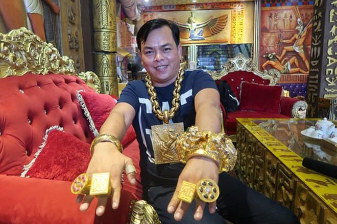 Phúc XO khai nhận sốc về hàng chục kg vàng đeo trên người