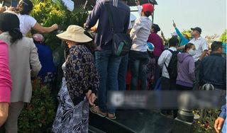 Những hình ảnh phản cảm trong đám tang nghệ sĩ Anh Vũ